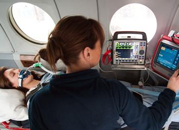 Tripulante monitorando paciente intubada